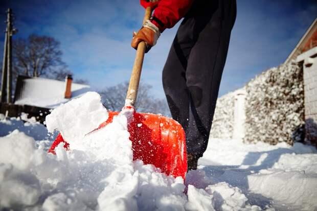 Григорий Артамонов с заместителями подключился к уборке снега в Чехове