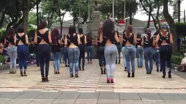 Девушки исполняют танец Кизомба
