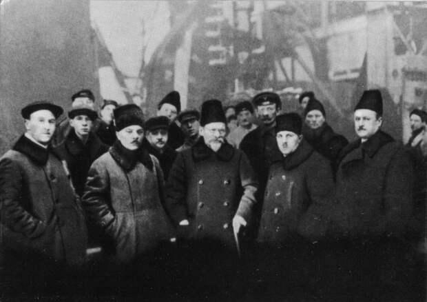 К. Е. Ворошилов и М. И. Калинин на Ленинградском Металлическом заводе. Январь, 1926 г.