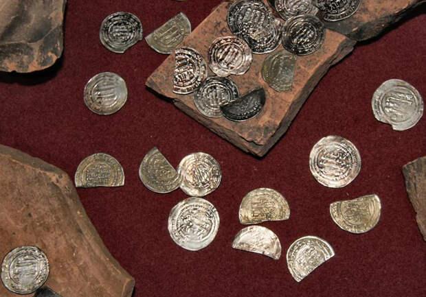 Клад серебряных дирхемов Арабского халифата. Х в. 7660 монет общим весом около 20 кг. Найден около деревни Козьянки под Полоцком в апреле 1973 г.