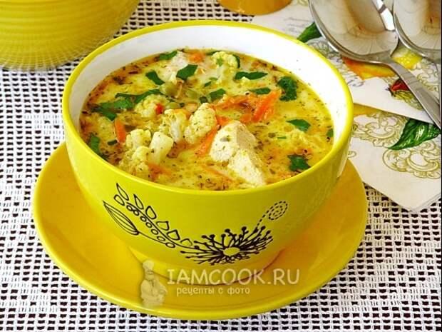 Куриный суп с цветной капустой, горошком и сыром