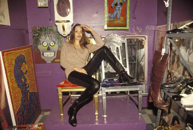Анджелина Джоли (Angelina Jolie) в фотосессии Мишеля Буркара (Michel Bourquard) (1994), фото 38