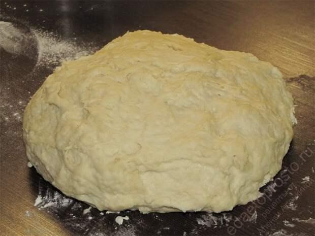 Замесить мягкое тесто для пирога. пошаговое фото этапа приготовления пирога с рыбой