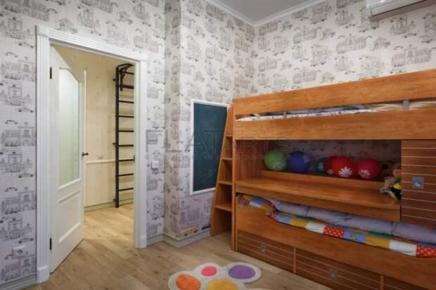 Двухъярусная деревянная кровать в детской комнате