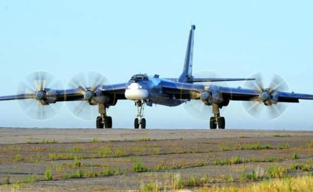 На фото: стратегический бомбардировщик Ту-95
