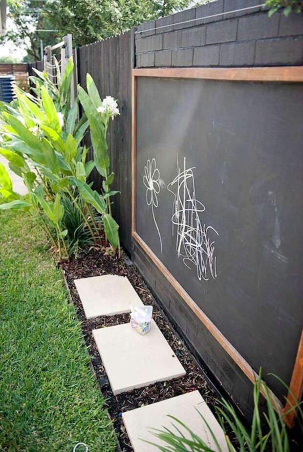 Грифельная доска во дворе.  Фото: Pinterest.