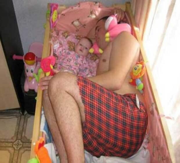 Хорошо выспаться, в первые месяца малыша, удается даже в его крохотной кроватке дети, мама, папа, прикол, юмор