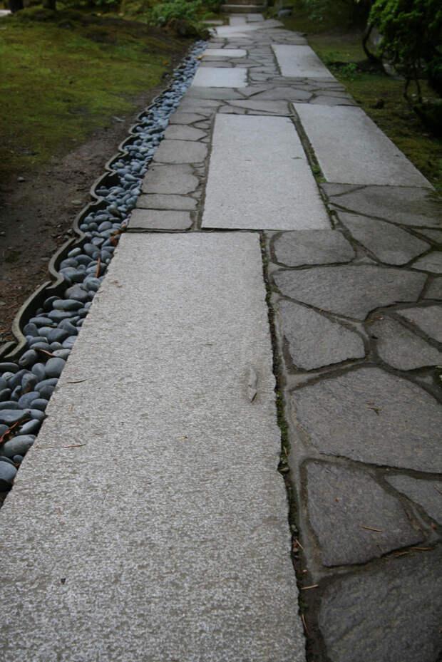 Чередование мелких и крупных камней дача, дорожки, сад