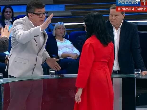 Политолог Алексей Мартынов устроил скандал в эфире программы «60 минут» и потребовал выгнать из студии украинскую журналистку