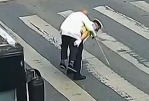 Эх, прокачу! Полицейский перенес пожилого пешехода через дорогу