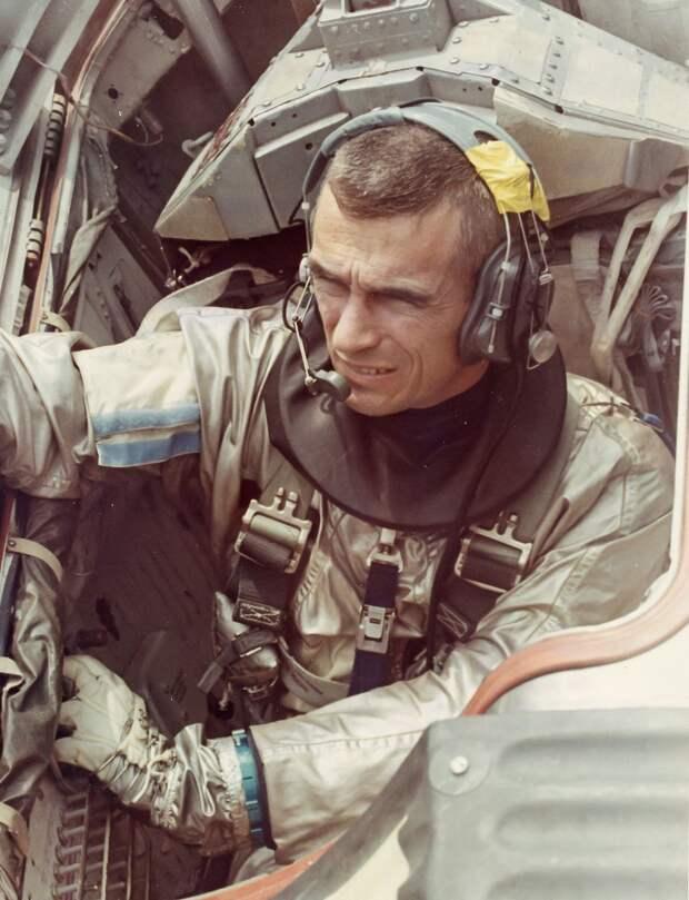 1966. Джиминни 9.  У астронавта Юджина Сернана  в процессе выхода возникли серьёзные трудности: операции в невесомости оказались сложнее, чем предполагалось. Кроме того, начало запотевать стекло скафандра и видимость была ограничена.