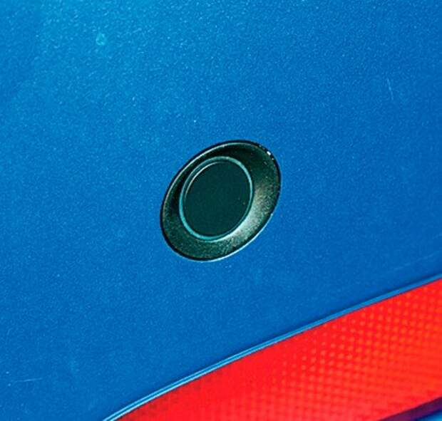 Глазки парктроника крепятся к бамперу двусторонним скотчем. Бюджетно и работоспособно.