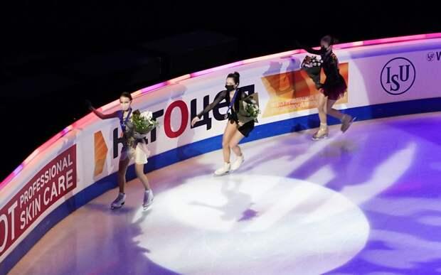 Щербакова чуть не упала на лед во время круга почета на церемонии награждения на чемпионате мира