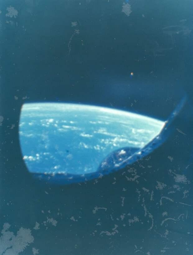 25. 1965, февраль. Снимки Земли из космоса с борта «Джемини-2» — американского беспилотного космического корабля. Основной целью полёта являлись проверка и регулировка всех систем корабля, проверка ракеты-носителя и систем мягкой посадки
