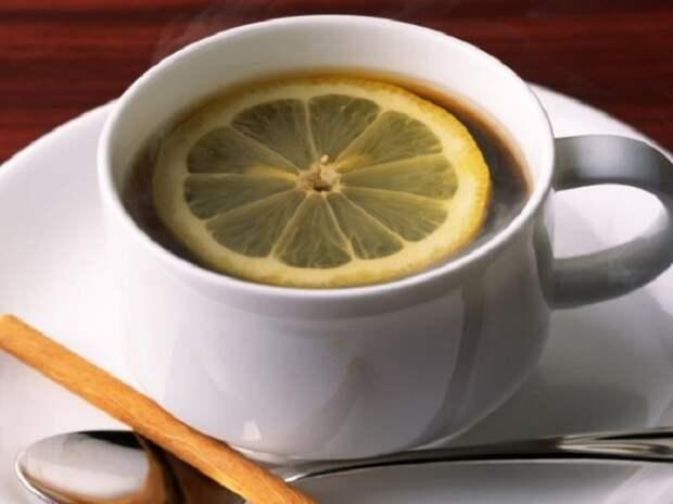 Эспрессо Романо, Италия. Эспрессо с цитрусовым вкусом, перед употреблением лимон надо «расплющить» ложечкой о стенки или дно чашки.