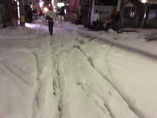 Улицы японского города Фукуока после землетрясения покрылись загадочной пеной (ФОТО)
