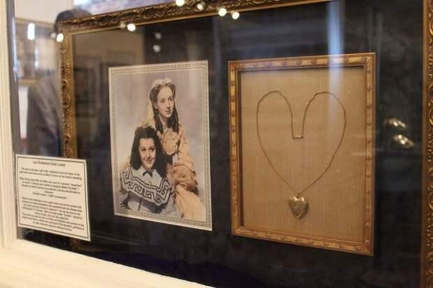 Медальон одной из сестер Скарлетт. Фото с выставки, посвященной фильму