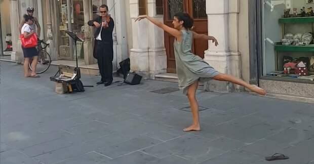 Эта девушка просто начала танцевать посреди улицы. Такого изящества прохожие раньше не видели!