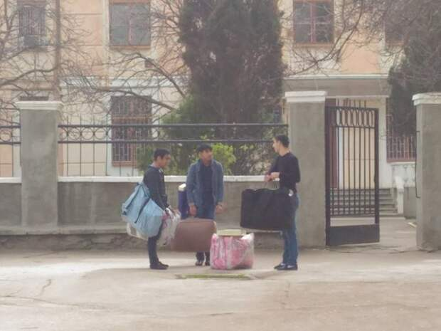 В Севастополе неизвестные лица ходят по улицам и впаривают одеяло (фотофакт)