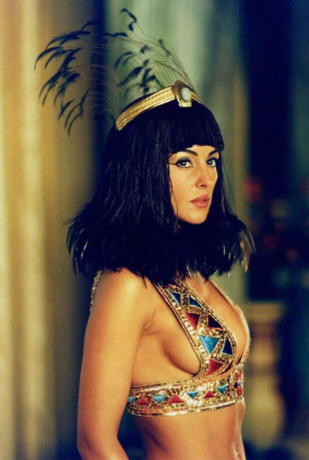 Моника Белуччи (Monica Bellucci) в фотосессии для фильма «Астерикс и Обеликс: Миссия «Клеопатра» (Asterix & Obelix Meet Cleopatra) (2002), фотография 15