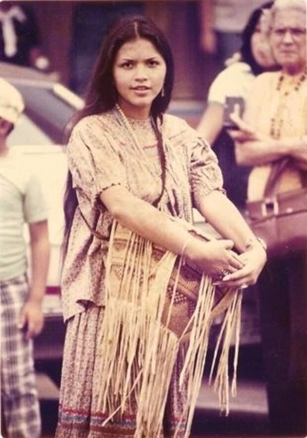 Современная девушка из народа апачей. Фото