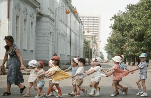 Воспитанники детского сада переходят дорогу в Батуми, 1987 год.