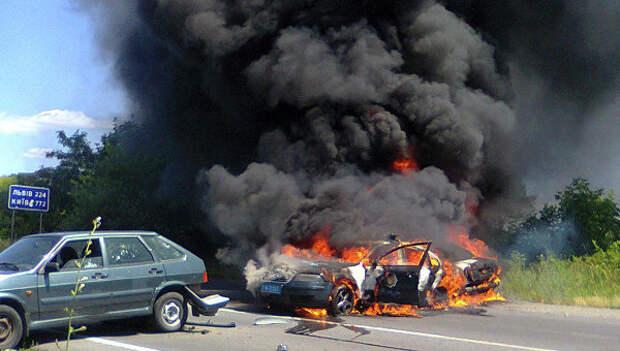 Полицейская машина горит в Мукачево, Украина. 11 июля 2015