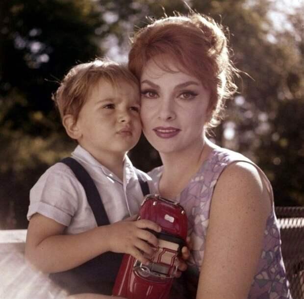 Джина Лоллобриджида с мужем и сыном.