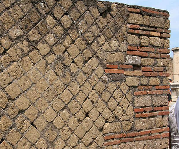 Стена инсулы — кирпич и туф