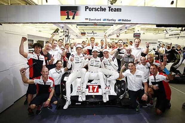 Коллективная радость команды Porsche: главные герои – в центре