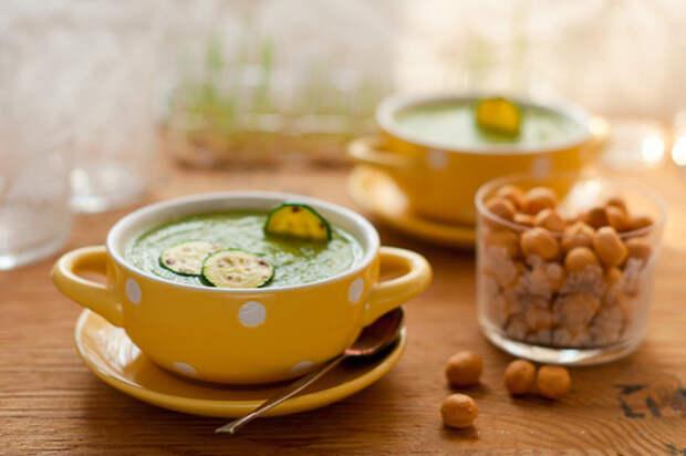 Легкий дачный суп из кабачков с базиликом