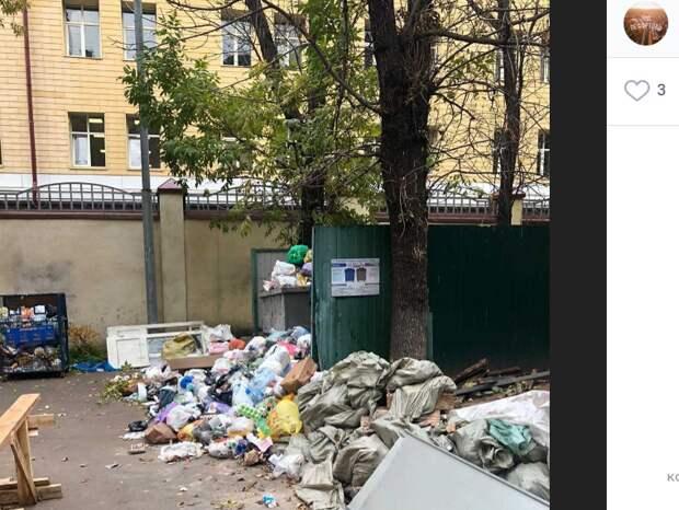 Из двора дома на Красноказарменной вывезли переполненный мусорный бункер