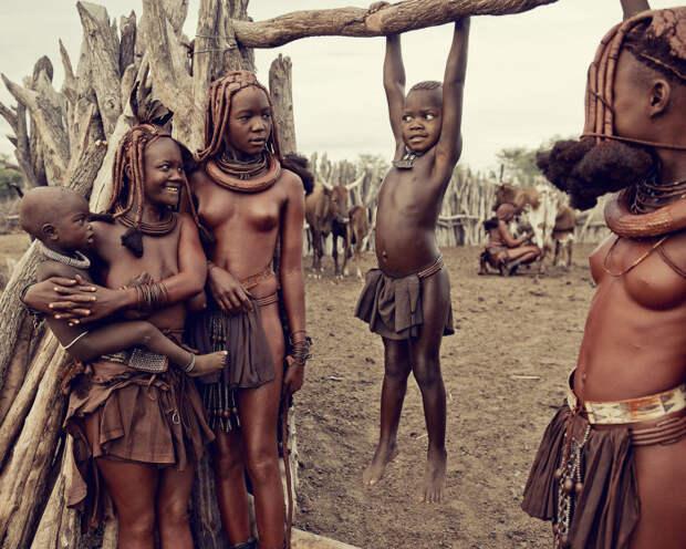 Утром женщины доят коров, взбивают масло в сосуде из высушенной тыквы, прибираются в доме, ходят за водой, готовят еду и занимаются воспитанием детей.