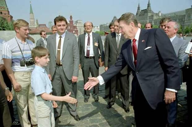 Американцы везде видят Владимира Путина. Даже на старых фотографиях