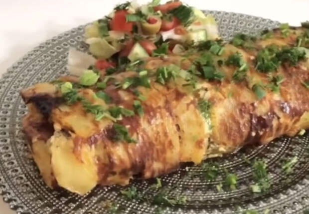 Картофельный рулет с начинкой из лука и курицы: запекаем за 30 минут