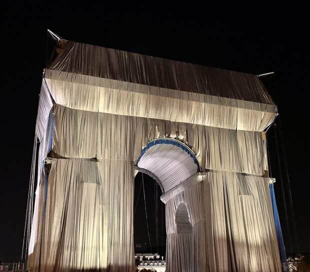 Триумфальную арку в Париже упаковали в ткань «посмертно»