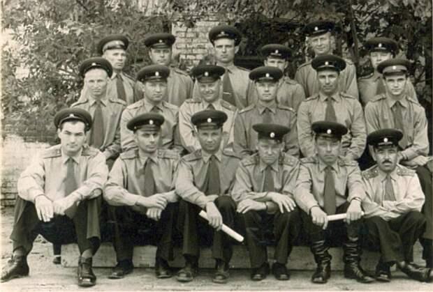 Офицерам отдельного артиллерийского дивизиона в Волгограде уже сообщили о грядущем сокращении. 1960 год.