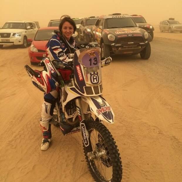 Утренняя фотография четверга из Instagram Анастасии Нифонтовой: «Стартуем на лиазон до Абу Даби. Заволокло все песком, очень похоже на туман в горах только песчаного цвета».