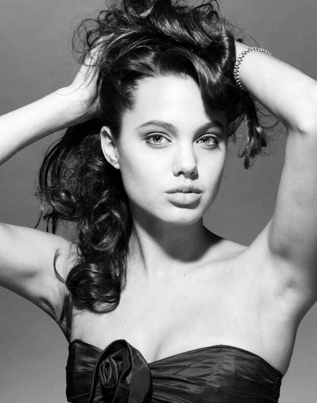 Анджелина Джоли в начале 1990-х годов.