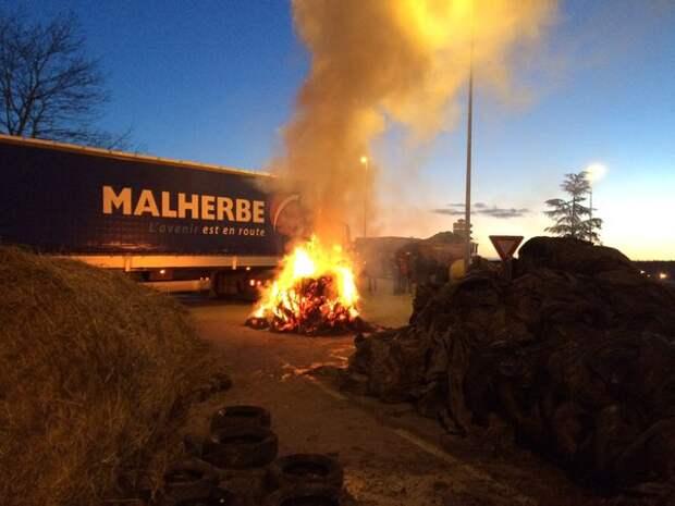 Терпение лопнуло! Сено, навоз и покрышки: французские фермеры перекрыли улицы, протестуя против антироссийских санкций