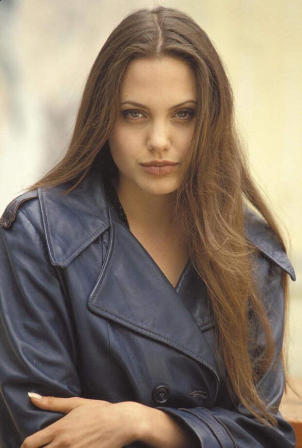 Анджелина Джоли (Angelina Jolie) в фотосессии Мишеля Буркара (Michel Bourquard) (1994), фото 14