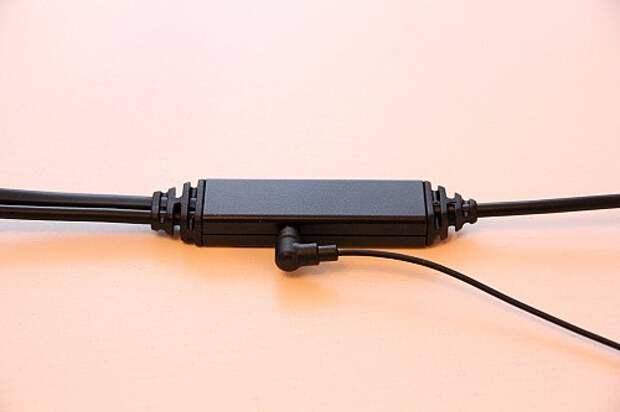 FM-приемник имеет свою антенну, которую придется крепить отдельно