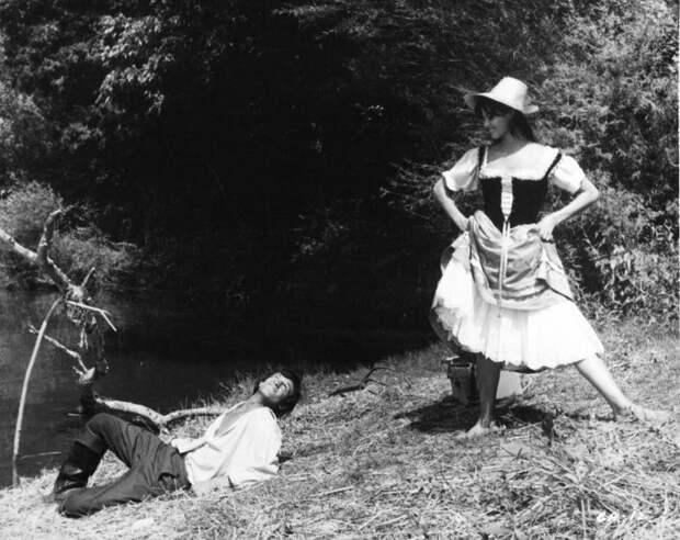 """Жан-Поль Бельмондо и Клаудия Кардинале на съемках фильма """"Картуш""""."""