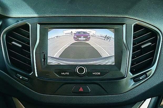 Камере заднего вида (без линий-подсказок) помогают датчики парковки – зуммером. Глазок не покрылся грязью даже в дождь, только случайная капля чуть исказила изображение.