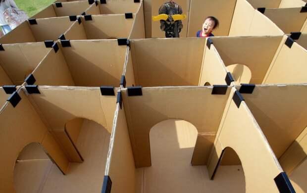 Для такого лабиринта потребуется много картонных коробок, но он того стоит.