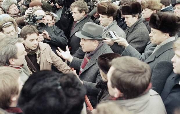 1990 11 января Горбачев ведёт оживленный разговор с жителями Вильнюса.jpg