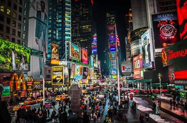 3 место. Таймс-Сквер в Нью-Йорке в течение многих лет возглавлял список самых посещаемых туристами мест в мире. В последнем рейтинге, однако, он занял лишь третье место. Ежегодно эту самую известную площадь в США посещают 50 миллионов человек.