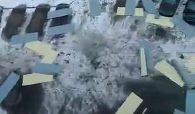 Десятки профлистов сорвал ветер скрыши дома вКомсомольске-на-Амуре