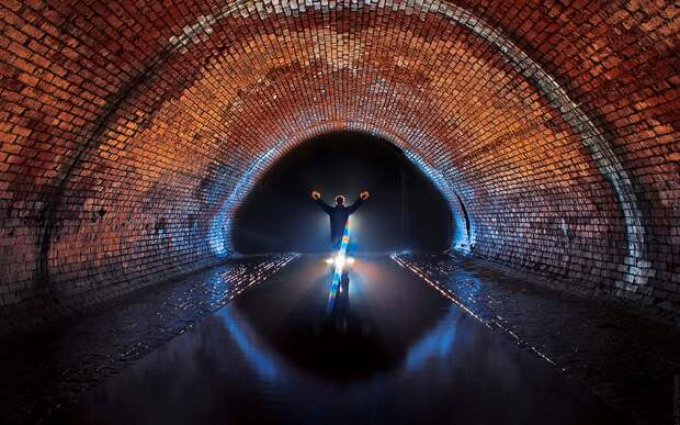 Первый капитальный ремонт Полвека спустя коллектор Неглинной перестал справляться с потоком воды. Во время сильных половодий и ливневых дождей река пробивалась на поверхность. Ситуацию усложняли владельцы домов, устраивавшие самодельные врезки, через которые сбрасывали в реку нечистоты. И 1886-87 гг. под руководством инженера Н. Левачева был произведен капитальный ремонт подземного канала. Тоннель был разделен на три участка.