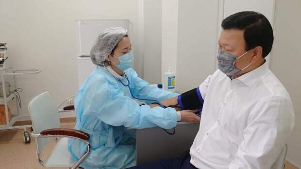 Министр здравоохранения РК вакцинировался против гриппа